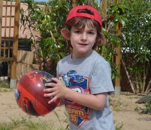 Baptiste atteint du syndrome X-fragile, joue au ballon