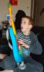 Alex aime jouer
