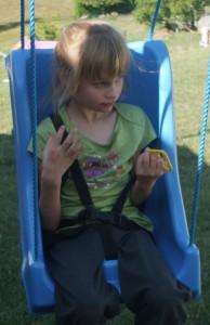 Handicapé s'amusant sur une balançoire