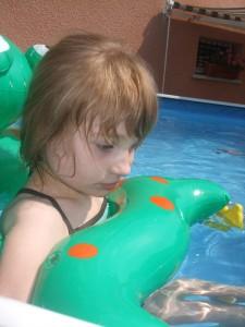 Alizée, jeune handicapé, joue avec ses jouets