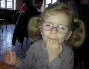 Céline est une petite fille autiste qui aime jouer