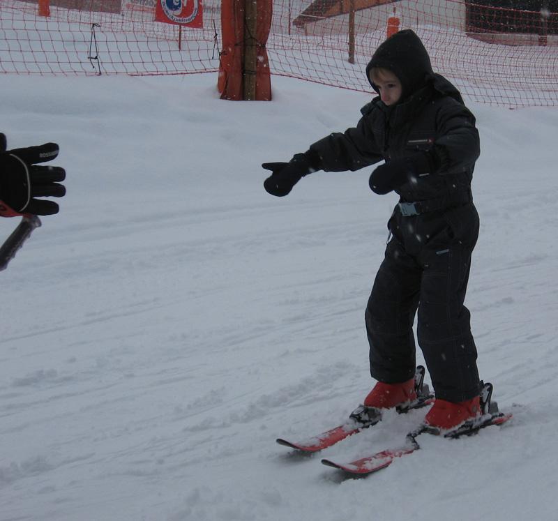 Hugo aime jouer dans la neige