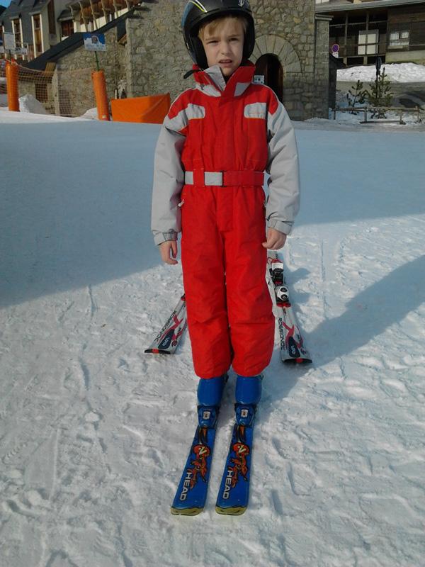 Hugo, jeune autiste, fait du ski