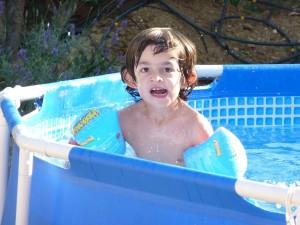 Baptiste, touché par le syndrome de Xfragile, joue dans la piscine