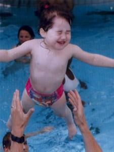 Romane joue à la piscine