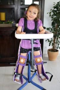 Petite fille handicapée sur son verticalisateur