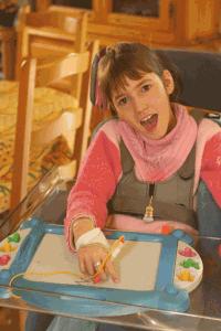 Morgane, jeune handicapée, aime dessiner