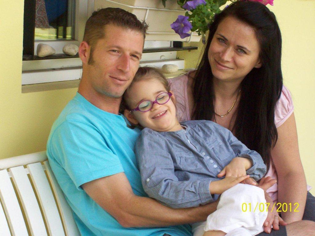 Clara, une petite fille handicapée souriante