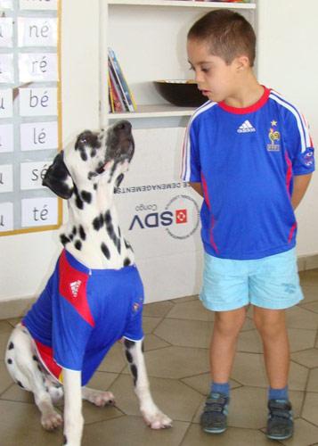 Mateo et le toutou supporte l'équipe de France