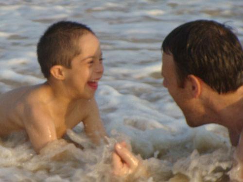 Mateo est un petit garçon handicapé