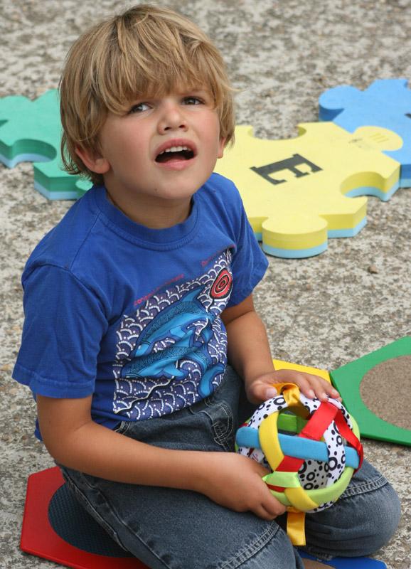 Noé est un jeune garçon autiste