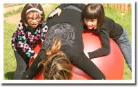 Les enfants s'amusent sur la grosse balle