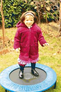 Sofia aime jouer sur son trampoline