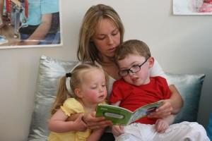 Frère et soeur aime bien qu'on leur lise un histoire