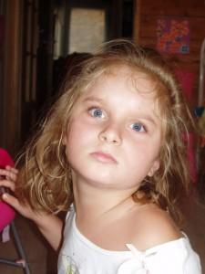 Mathilde aime jouer avec ses jeux et jouets Hop'Toys