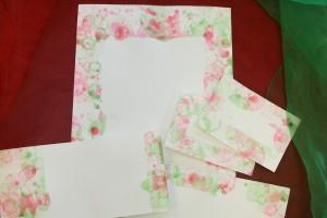 papier et etiquettes peintes avec du liquide à bulles coloré