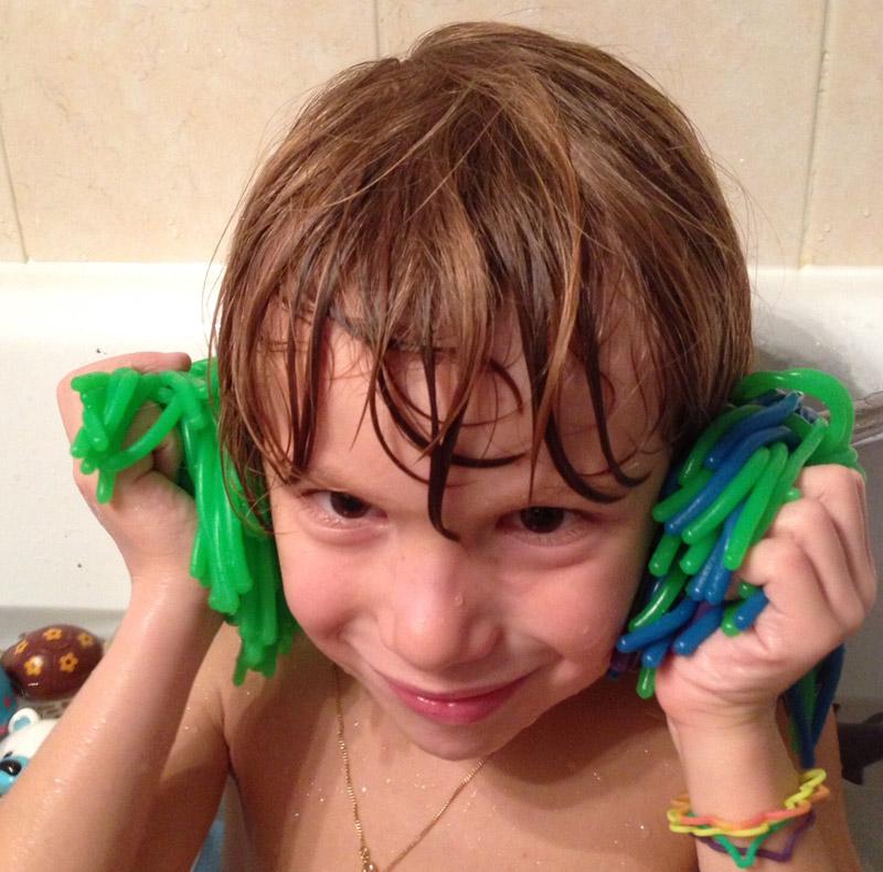 Noa joue dans le bain avec son anémone de mer Hop'Toys
