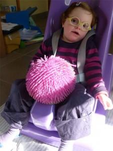 Lucie avec sa balle chevelue