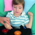 Enfant avec handicap utilisant des buzzers