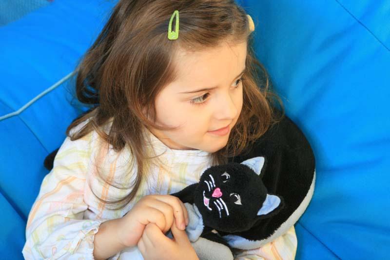 fille avec peluche chat lestée