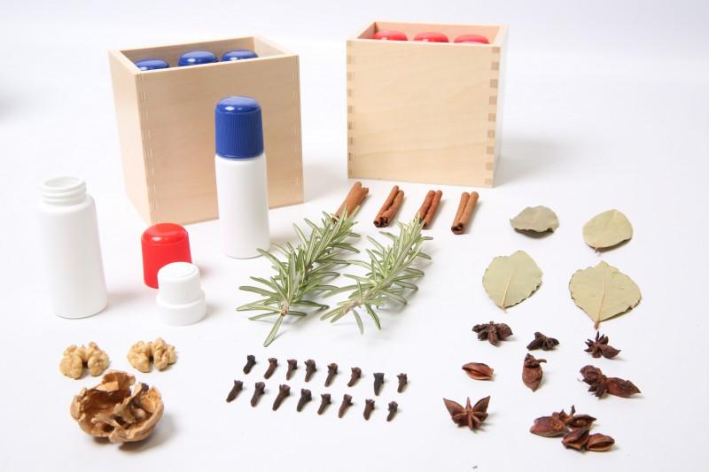 Flacons des odeurs de Montessori