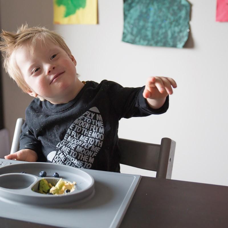 Un enfant à l'heure du repas.