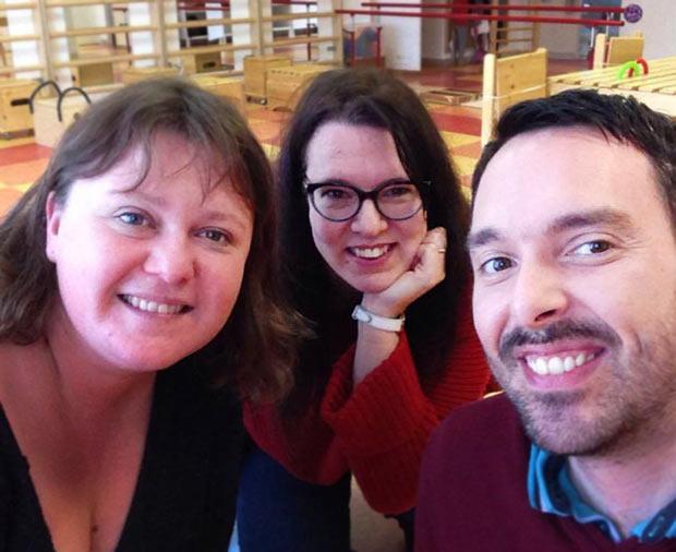 Fanny GRAU (responsable du centre) à gauche, au milieu Judit la conductrice du CEC 30 et à droite Julien le Community Manager de Hop'Toys