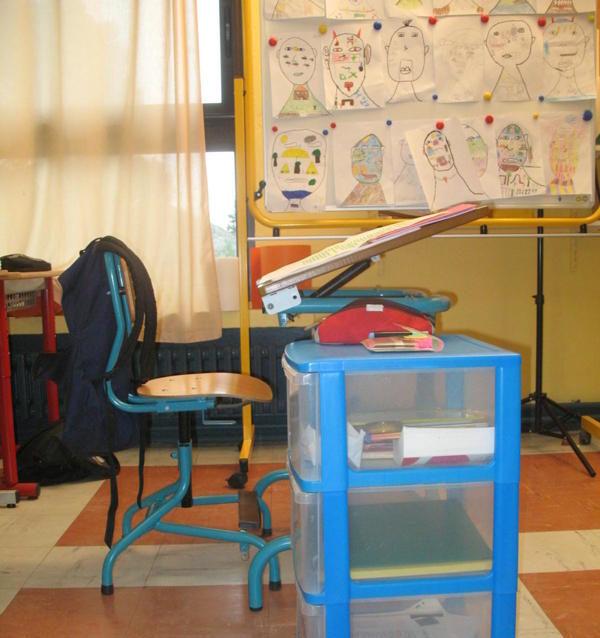 Un bureau pour un élève ayant une dyspraxie