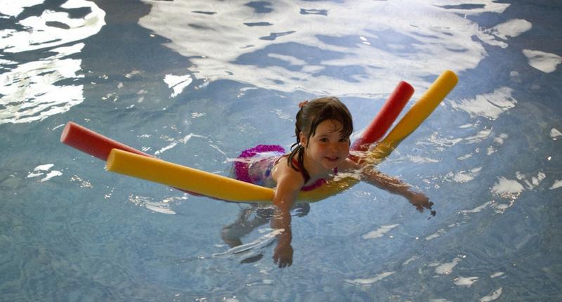 niño en un curso de natación