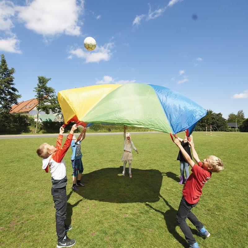 Enfants qui jouent au jeu du parachute.