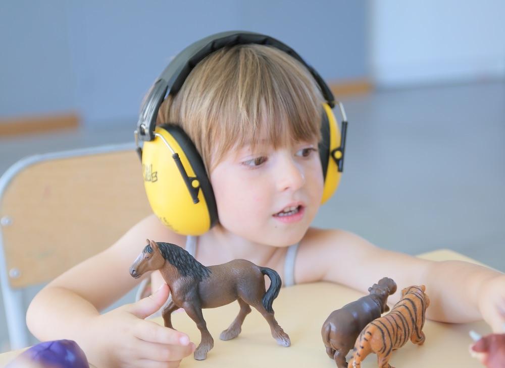Le casque anti-bruit à l'école pour l'aider à se concentrer