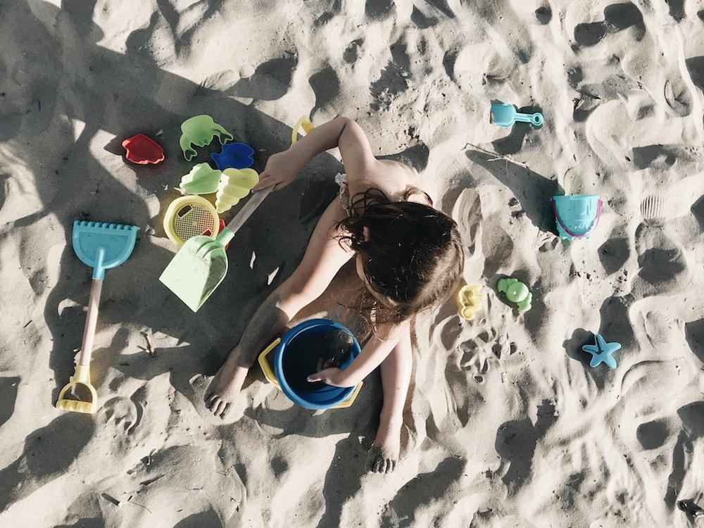 Un enfant joue sur la plage