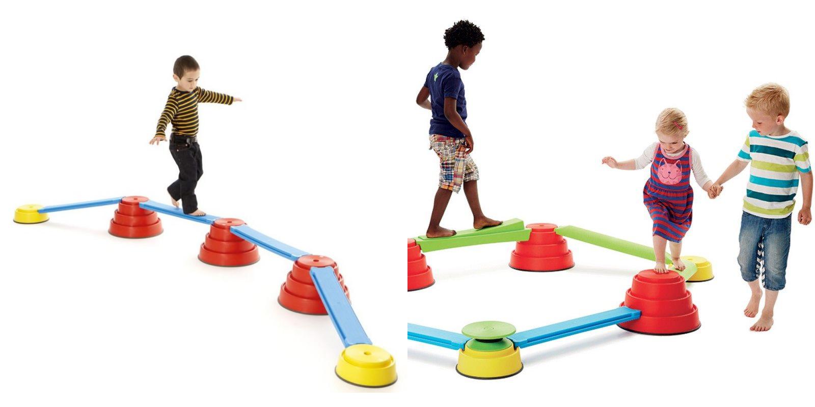 Enfants réalisant un parcours d'équilibre