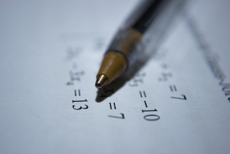 stylo sur feuille de mathématiques