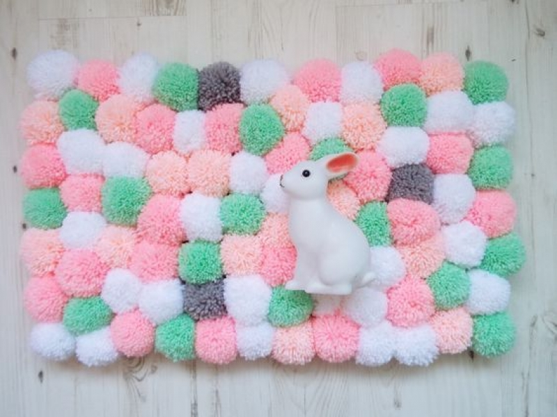 Réaliser un tapis de pompoms DIY