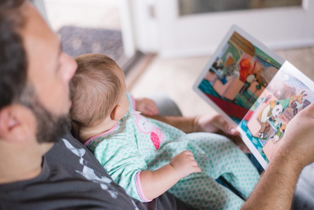 Lire un livre avec son enfant