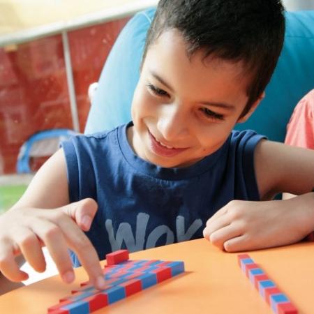 Appréhender le début des mathématiques avec la méthode Montessori