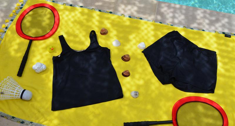 Mega-raquettes de badminton sur une serviette jaune