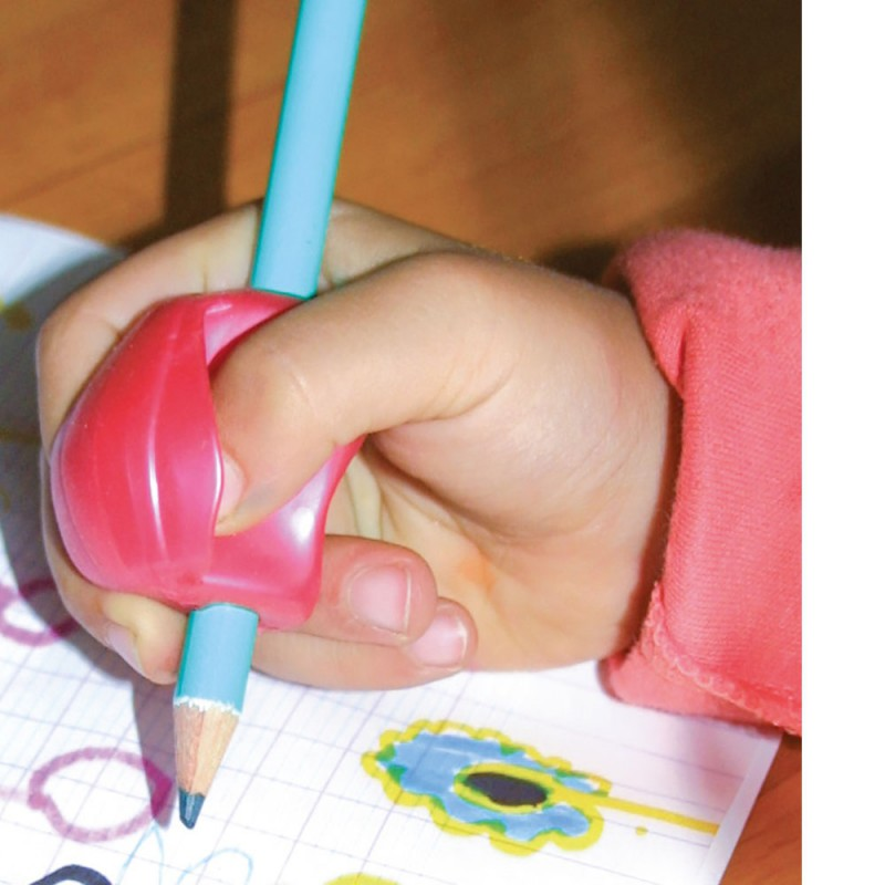 Un enfant écrit à l'aide d'un manchon géant guide-doigts