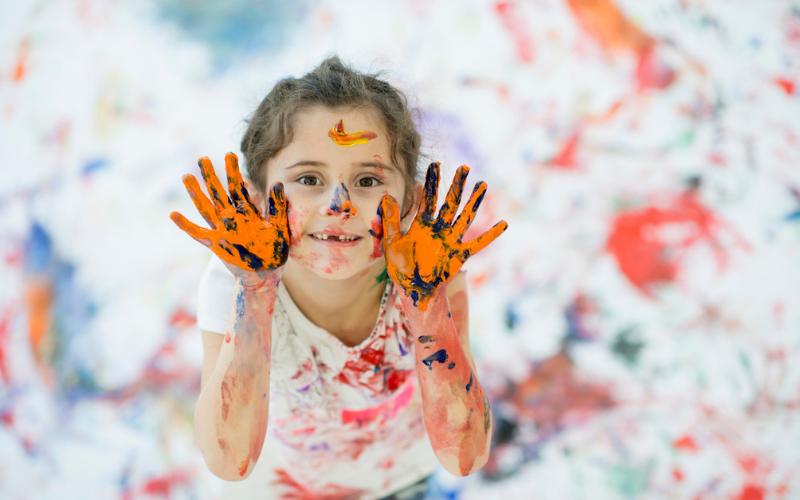 Un enfant avec de la peinture sur les mains