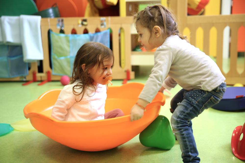 Enfants qui jouent à la toupie