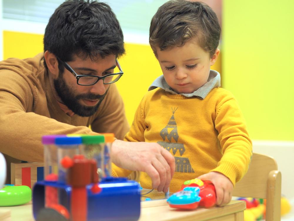 Un papa qui joue avec son enfant