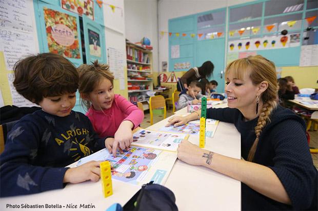 Des enfants apprennent les maths avec la méthode Singapour