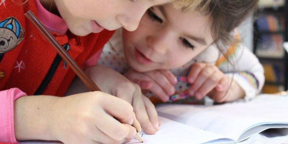 Des enfants dessinent à l'école