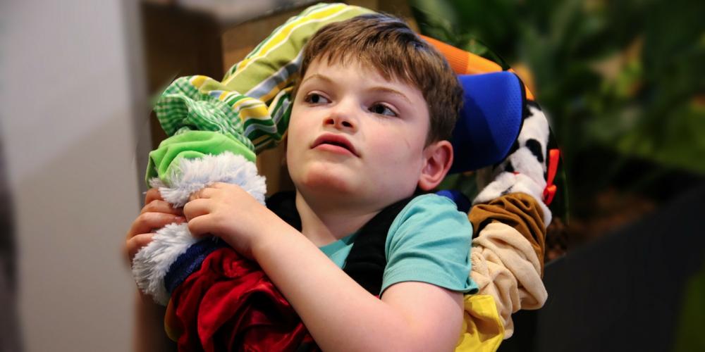 Clément et son écharpe sensorielle Hop Toys