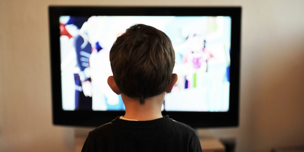 Enfant devant la TV