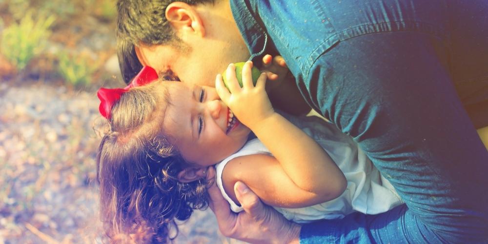 Une fille heureuse avec son père