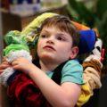 Clément et l'écharpe sensorielle Hop Toys
