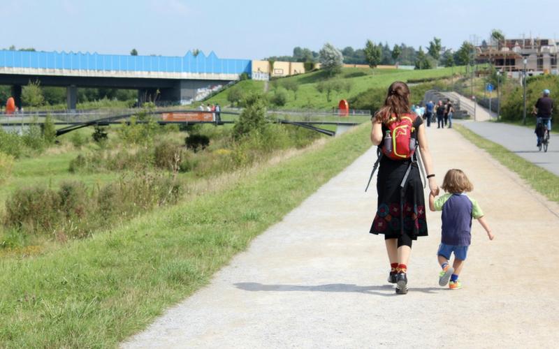 Une mère et sa fille marchent