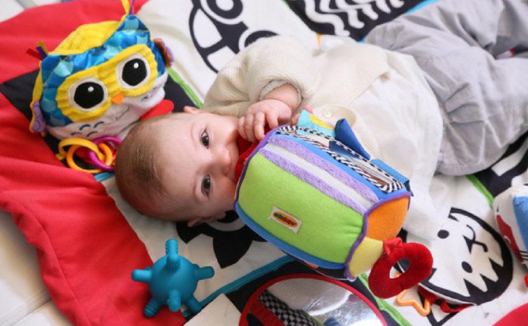 Un bébé joue un tapis d'éveil
